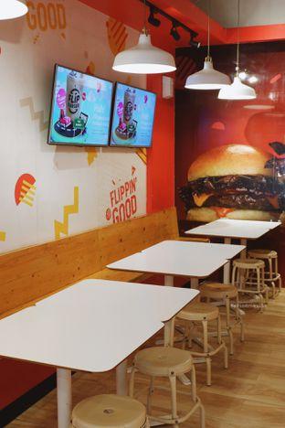 Foto 6 - Interior di Flip Burger oleh Indra Mulia
