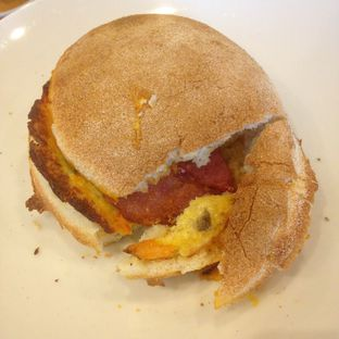 Foto 1 - Makanan(all day breakfast bun) di Starbucks Coffee oleh Pengembara Rasa