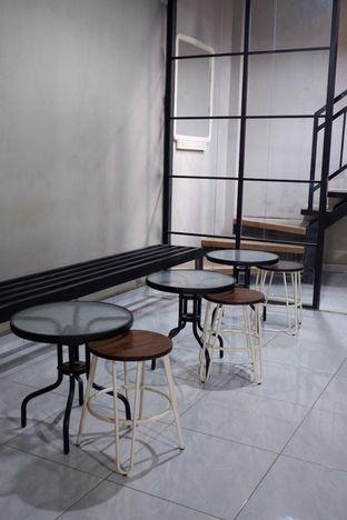 Foto 14 - Interior di Meneed Coffee Cuts oleh yudistira ishak abrar