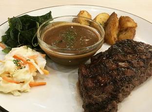 Foto 1 - Makanan(Australian Marble Steak) di Maximum Bistro oleh mariskaannastasia