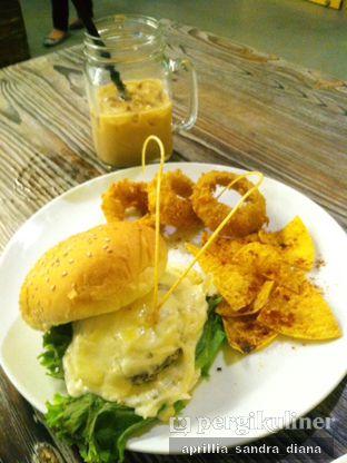 Foto 3 - Makanan(Groovy Beef Burger) di Yellow Truck Coffee oleh Diana Sandra