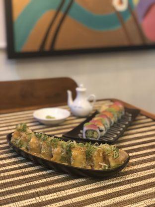 Foto 5 - Makanan(Salmon Aburi Roll) di Baiza Sushi oleh YSfoodspottings