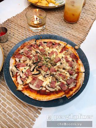 Foto 1 - Makanan(Ham & Mushroom Pizza) di Hey Beach! oleh @chelfooddiary