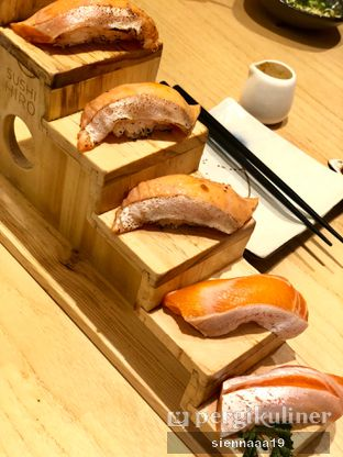 Foto 1 - Makanan((up) salmon belly aburi; (down) salmon belly sushi) di Sushi Hiro oleh Sienna Paramitha