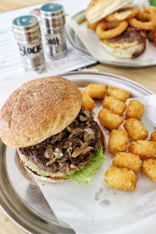 Foto 3 - Makanan(Truffle mushroom burger) di Belly Bandit oleh Stellachubby
