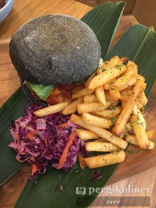 Foto 1 - Makanan(Har Jeong Gai Charcoal Burger) di Caffe Pralet oleh Avellino Victor