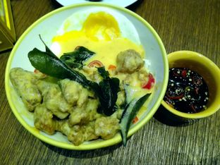 Foto 2 - Makanan(salted egg chicken) di The People's Cafe oleh edvin