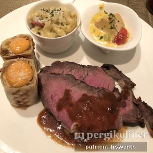 Foto 13 - Makanan(Beef, Chicken Shawarma, Lobster Mac Cheese, Steamed Salmon) di The Cafe - Hotel Mulia oleh Patsyy