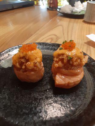 Foto 7 - Makanan(Salmon Volcano Roll) di Okinawa Sushi oleh @muskEATeers