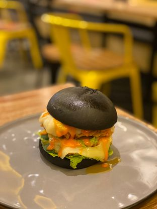 Foto 1 - Makanan(Chicken Burger) di Blacklisted oleh Jeljel