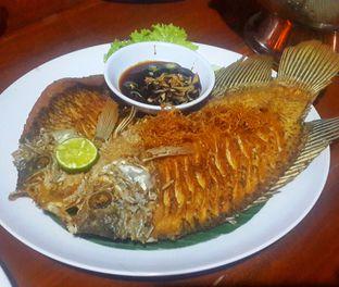 Foto 6 - Makanan(Gurame Goreng (IDR 77,000 - Nett)) di RM Bumi Nini oleh Rinni Kania