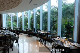 Foto 15 - Interior di The Cafe - Hotel Mulia oleh Darsehsri Handayani