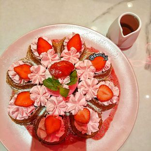 Foto 1 - Makanan(Strawberry Ice Cream Waffle) di So Fashion oleh felita [@duocicip]
