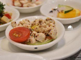 Foto 4 - Makanan(Fish Salad) di Collage - Hotel Pullman Central Park oleh IG: FOODIOZ