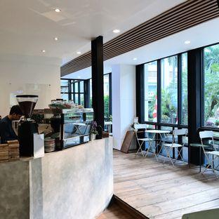 Foto 5 - Interior di Emji Coffee Bar & Space oleh Della Ayu