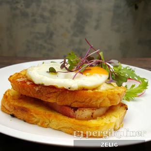 Foto 3 - Makanan(Croque Madame) di Two Hands Full oleh @teddyzelig