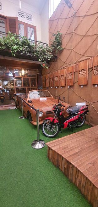 Foto 7 - Interior di Equator Coffee & Gallery oleh Mrc Mrc
