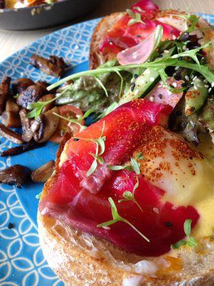 Foto 2 - Makanan(Egg Benedict (Salmon or Beef Pastrami)) di Maple & Oak oleh awakmutukangmakan