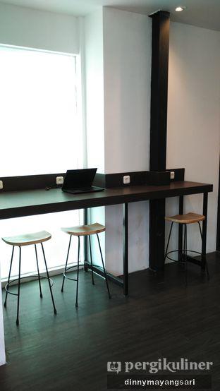 Foto 5 - Interior di Simetri Coffee Roasters oleh dinny mayangsari