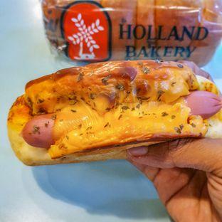 Foto 5 - Makanan(Sausage Curry Bun) di Holland Bakery oleh Adhy Musaad
