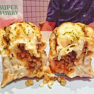 Foto 2 - Makanan(Beef bolognese and potato toast) di Super Furry Tea & Bakery oleh felita [@duocicip]