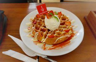 Foto 3 - Makanan(Waffle strawberry) di De Mandailing Cafe N Eatery oleh milda alghozali