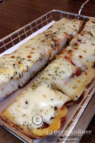Foto 5 - Makanan(Triple Cheese Ciabbatta Pizza) di Spago Boulangerie Cafe oleh Monique @mooniquelie @foodinsnap
