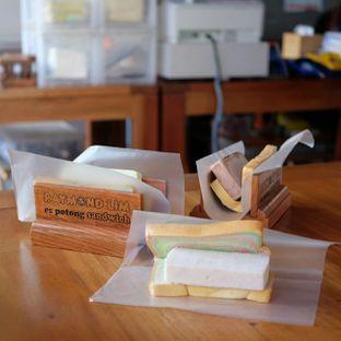 Foto 1 - Makanan(Es Potong Sandwich) di Raymond Lim oleh Buncit Foodies