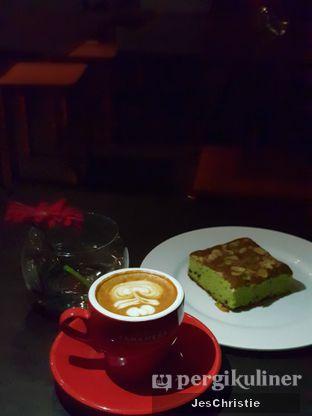 Foto 1 - Makanan(Cappucino + Matcha Cake) di Tanamera Coffee Roastery oleh JC Wen