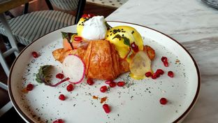 Foto 1 - Makanan(Truffle Bacon and Egg Croissant) di Toby's Estate oleh YSfoodspottings