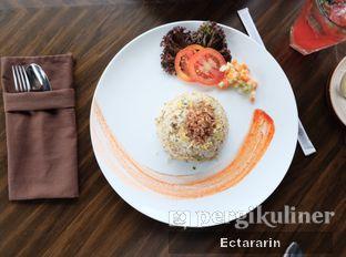 Foto 5 - Makanan(Fried Rice Chicken) di The Socialite Bistro & Lounge oleh Ectararin