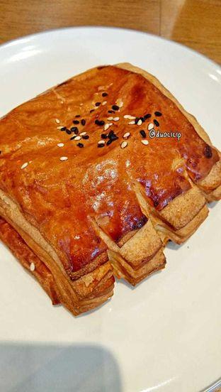 Foto 4 - Makanan(Smoked beef and mozzarella croissant) di Platon Coffee oleh duocicip