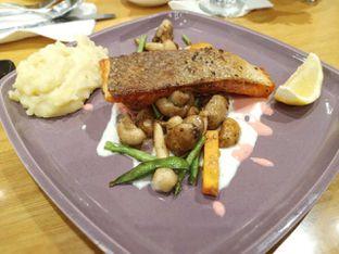 Foto 1 - Makanan(Grilled salmon with carrot puree) di Wyl's Kitchen - Veranda Hotel Pakubuwono oleh Gabriel Yudha | IG:gabrielyudha