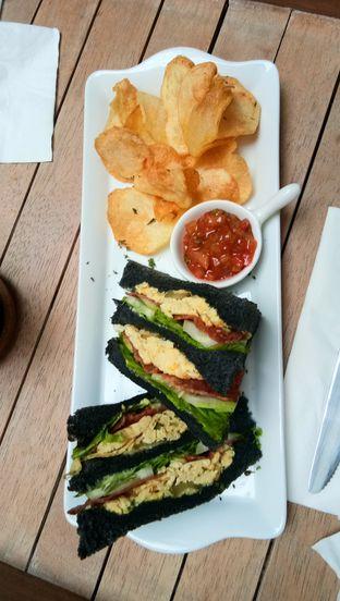 Foto 2 - Makanan(Charcoal Sandwich) di Red Door Koffie House oleh Komentator Isenk