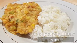 Foto 4 - Makanan(Bakwan Jagung + Nasi) di Kepala Manyung Bu Fat oleh Velvel