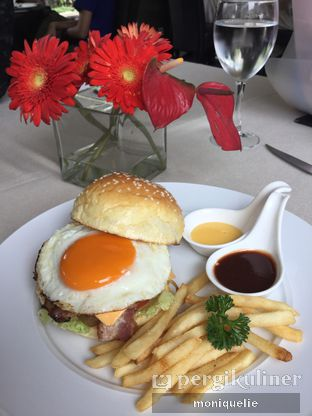 Foto 2 - Makanan(Bacon and egg burger) di Platinum Grill oleh Monique @mooniquelie @foodinsnap