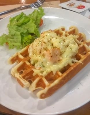 Foto 1 - Makanan(Salmon & Leek Waffle (IDR 73k) ) di Pancious oleh Renodaneswara @caesarinodswr