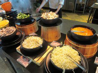 Foto 1 - Makanan(Mie tom yum) di Feast - Sheraton Bandung Hotel & Towers oleh meliricjourney