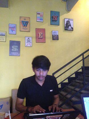 Foto 4 - Interior di Yellow Truck Coffee oleh Qeqee Kusumawardani