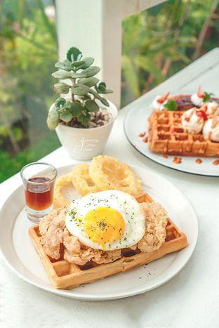Foto 1 - Makanan(Waffle and Chicken) di Dasa Rooftop oleh Jeanettegy jalanjajan