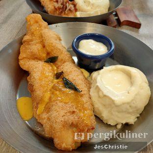 Foto 5 - Makanan(Salted Egg Fish & Chips) di Fish & Co. oleh JC Wen