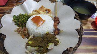 Foto 1 - Makanan(Nasi bigul campur hemat + kulit) di Warung Nyoman Nuel oleh zelda