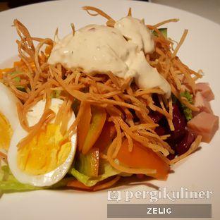 Foto 3 - Makanan(Cobb Salad (Turkey)) di Social House oleh @teddyzelig