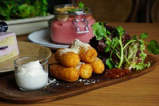 Foto 8 - Makanan(Smoked Beef & Cheese Croquettes) di The Larder at 55 oleh eatwerks