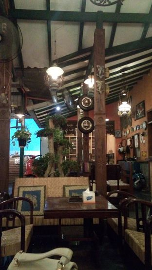 Foto 8 - Interior di Grand Father Coffee Shop oleh Julia Intan Putri