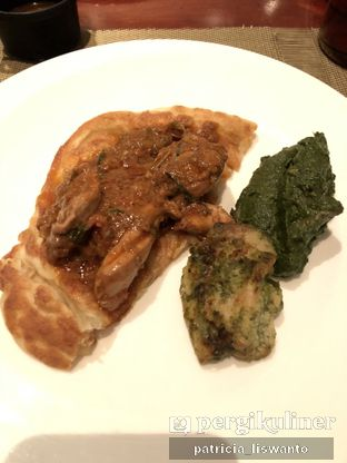 Foto 2 - Makanan(Prata, Chicken Curry, Spinach Champignon) di The Cafe - Hotel Mulia oleh Patsyy