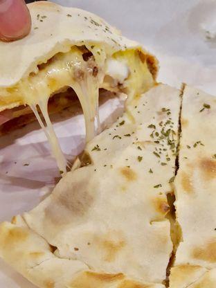 Foto 2 - Makanan di Master Cheese Pizza oleh Alfabetdoyanjajan