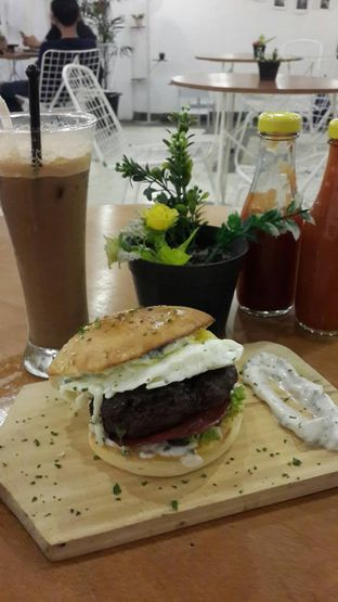 Foto 28 - Makanan(Burger The Gypsy King) di Cawan Kitchen oleh NOTIFOODCATION Notice, Food, & Location