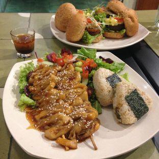 Foto 2 - Makanan(Greenogiri Platter) di Burgreens Express oleh Pengembara Rasa