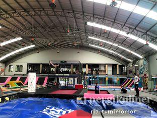 Foto 3 - Interior di Bounce Cafe oleh riamrt